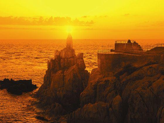 远眺与栈桥相隔不远的海中小岛---【小青岛】(又名琴岛),青岛市的地名