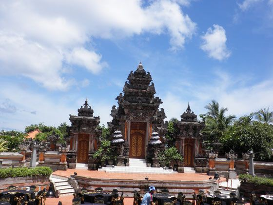 指定时间集合前往香港机场,搭乘国泰航空航班飞往神仙岛之称的巴厘岛