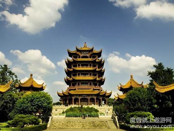 在主楼周围还建有胜象宝塔,碑廊,山门等建筑.